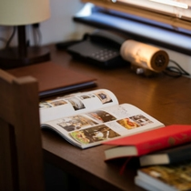 広めの机で集中してお仕事をされたい方、じっくり読書を楽しまむなどごゆっくりとお寛ぎくださいませ。