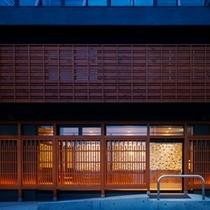 玄関は雰囲気ある和モダンな造り