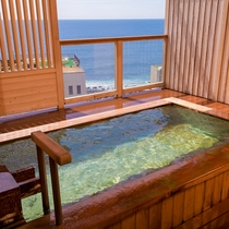貸し切り露天風呂からは海もご覧いただけます。