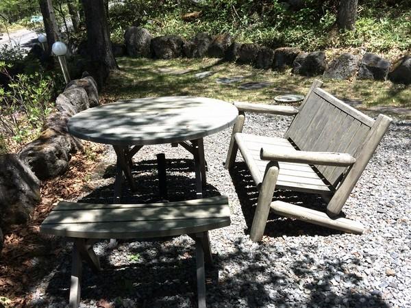 中庭のウッドテーブルとチェアー