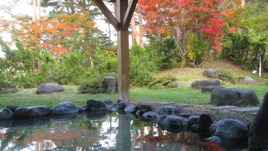 *【露天風呂】秋には温泉に浸かりながら紅葉をお楽しみいただけます。