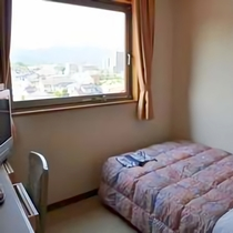 シングルルーム一例。大きな窓で開放感抜群!