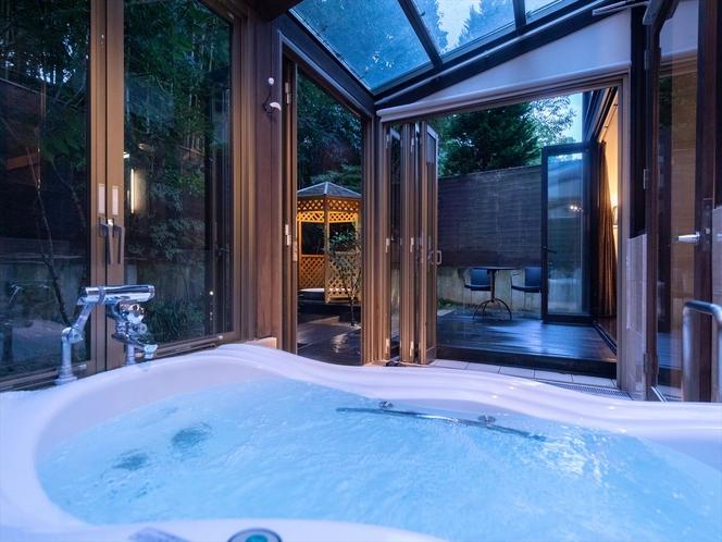 【コテージ】景色を楽しむ内風呂