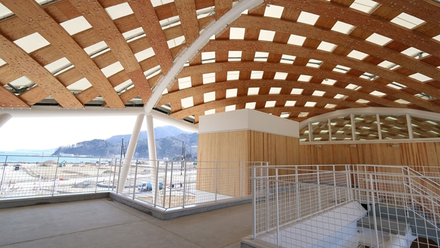 【女川駅】新駅舎の展望デッキからは、女川の町と女川湾を一望できます