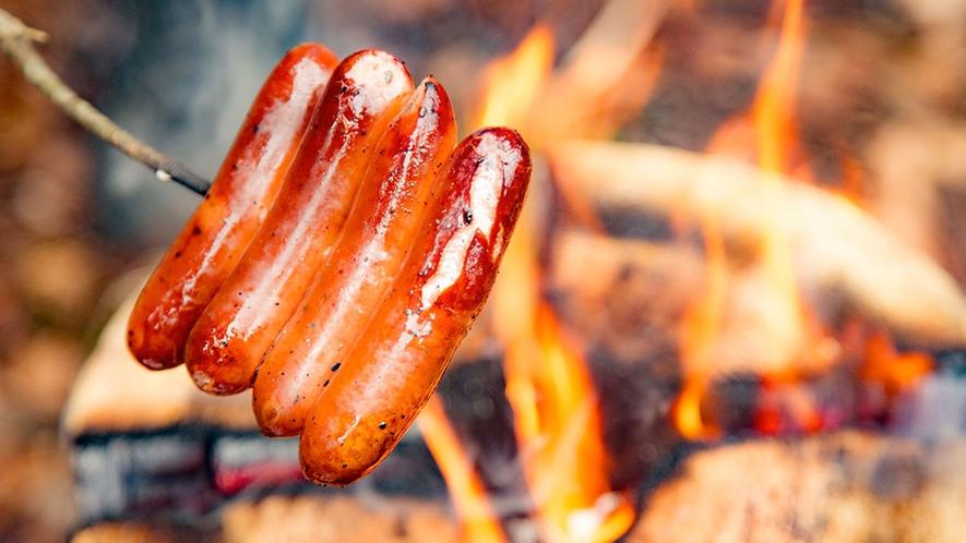 【スウェーデン・トーチ】ソーセージやマシュマロを焼いたり…、お腹も心も満たされる時間