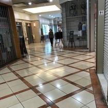 右に曲がって頂くとエレベーターホールがあるので、8階まで上がって来て下さい。