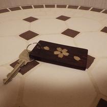 *【部屋】樺細工のキーホルダーのついたお部屋のキー。