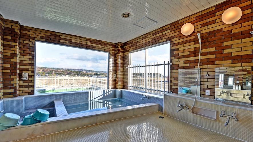 *【男性用大浴場】周囲の田園や山々を望む展望風呂