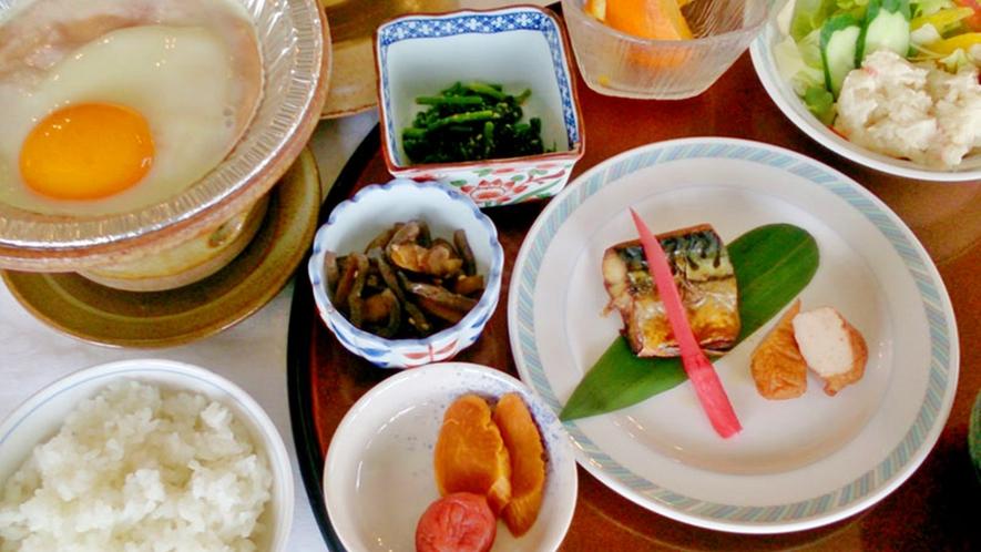 *【朝食一例】焼き魚や目玉焼き等をメインとした和朝食をご用意致します。