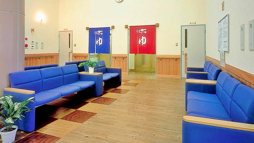 *大浴場の入口前には、湯上りに休憩していただけるソファを配置しております。