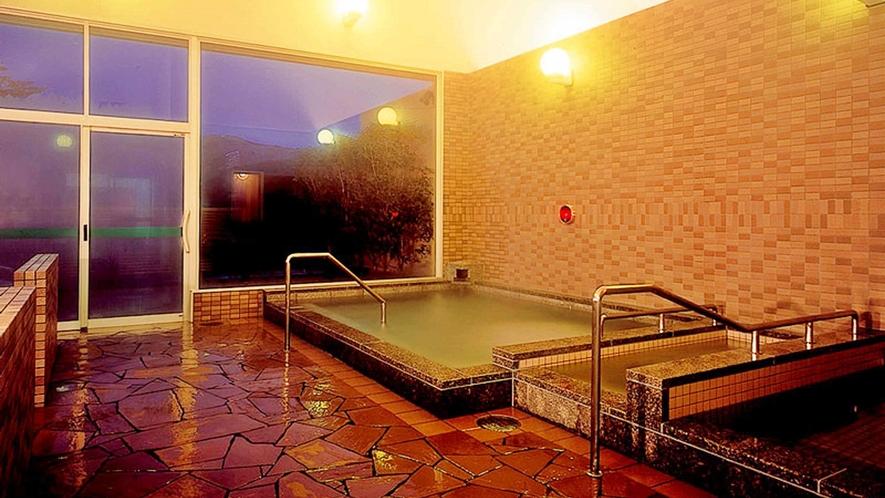 *【大浴場】大きな窓があるので開放的な雰囲気。源泉かけ流しの温泉をお愉しみ下さい。