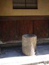 祇園街 花見小路の裏の手水鉢