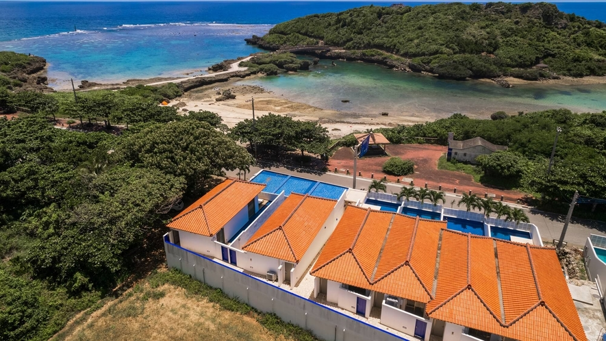 ●上空から見下ろすホテルと宮古島の海