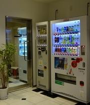 2階ロビー  自動販売機と喫煙室