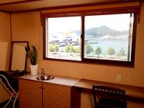 [ツインA/ゆったりくつろぎタイプ]最上階の窓からは長崎港や稲佐山の夜景が