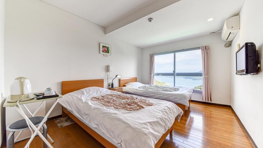 *洋室◆ベッドを2台備えた洋室。窓からは瀬戸内海の景色をお楽しみいただけます