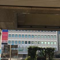 正面に湘南GATEというデパートが見えたら、右に曲がります。