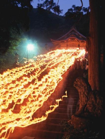 大山夏山開き-夏山登山の安全祈願に行われる二千本の松明行列