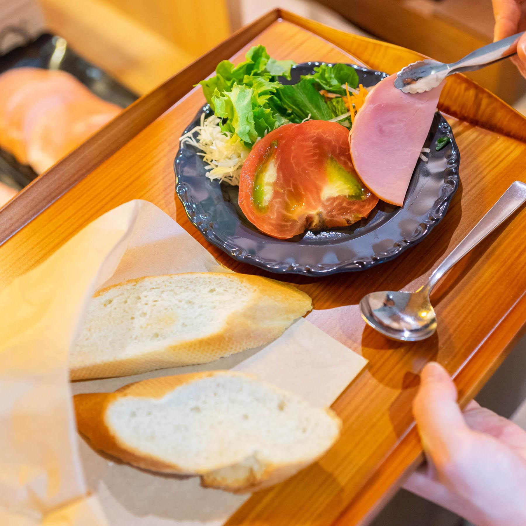 コンチネンタルブレックファーストスタイルの焼きたてパン朝食