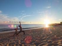 無人の白砂のビーチでモーニングヨガ。