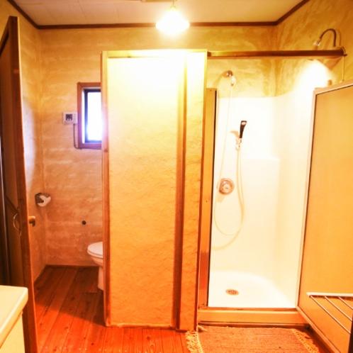 琉球しっくいのシャワーとトイレ