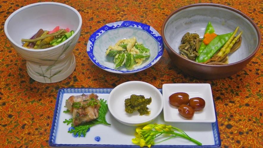 *敷地内で採れたの山菜を使った料理