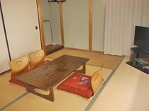 6畳和室布団は3枚まで敷けます。4枚目になると端が折れてしまいますのでご了承下さいませ。