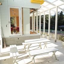*ドッグラン/日差しや雨を凌げる屋根付きのテラス