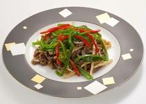 【レストラン ヒビンカ】 牛肉細切りとピーマンの油炒め 982円(税込)