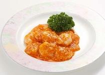 【レストラン ヒビンカ】 小海老のチリソース煮 939円(税込)