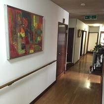 2階客室廊下 季節感も大切にしております。