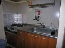 調理道具が充実しております。ホットプレートで焼肉やお鍋もできますよ。電子レンジ・トースターも有