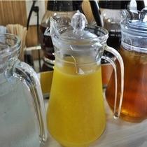 朝のドリンクは目覚めのオレンジジュースやコーヒー等をご準備しております。