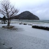 美萩の遊歩道・菊ヶ浜海岸の雪景色