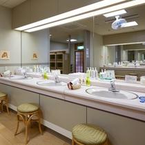 【脱衣室】6つの洗面があるので、大人数で利用可能です。