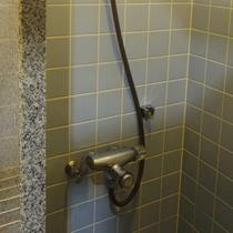 温度調節可能な温水シャワー♪快適にご利用いただけます。(夏期のみ)