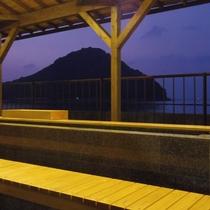 夕方になるとまた違った景色を魅せてくれます。足湯につかりながらご覧ください♪