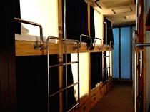ミックスドミトリールーム■防音性に優れたの特注キャビン風ベッド。各部屋に電源、有線LAN完備。