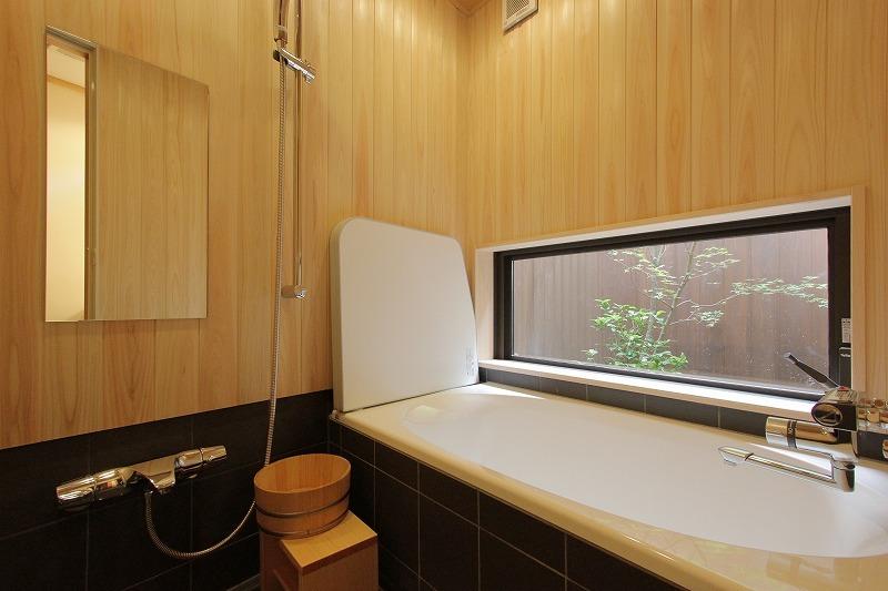 坪庭を眺めながらリラックスして頂ける浴室。和の空間の良さをお楽しみください。
