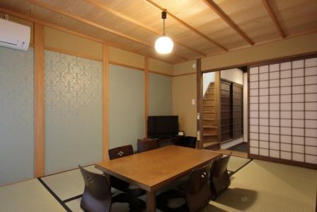 居間には贅沢な青磁色の京唐紙のしつらえ。