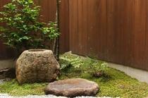四季を通して美しい坪庭望むことができます。