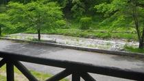 *【ベランダからの景色(川側)】川遊びを楽しむこともできます♪