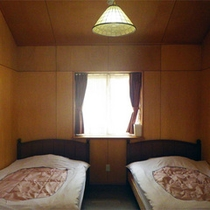 *コテージ4人棟一例/ベッドが4台設置されています。ファミリー滞在に最適!