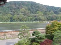 旅館水郷は、円山(まるやま)川のほとりに建ちます。2階のお部屋からの眺めです。