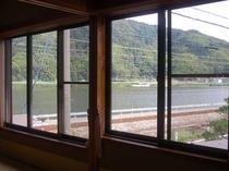 15畳のお部屋からは、広く円山(まるやま)川が見渡せます。