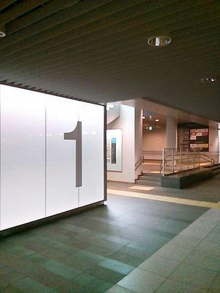 地下歩行空間出口1番から地上にお上がりください
