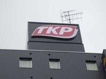 ビル最上部のTKPの看板が目印です