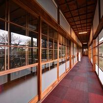 *【館内/廊下】純和風の趣きがある木造の料理旅館。ここから庭園を眺められます。