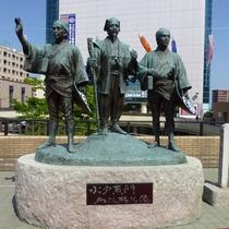*周辺観光【水戸駅】茨城観光の拠点:JR水戸駅北口では、お馴染みの水戸黄門像がお出迎えいたします。