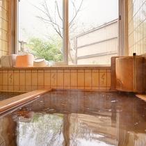 *【女性風呂】庭園が眺められる当館ならではの癒しの湯です。超音波龍紋石風呂です。